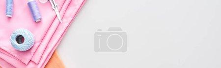 Photo pour Coup panoramique des fils, boule de fil de tricot, ciseaux et tissu sur le fond blanc - image libre de droit