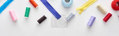 Photo pour Coup panoramique de fils colorés, boules de fil de tricot et fermetures éclair sur le fond blanc - image libre de droit