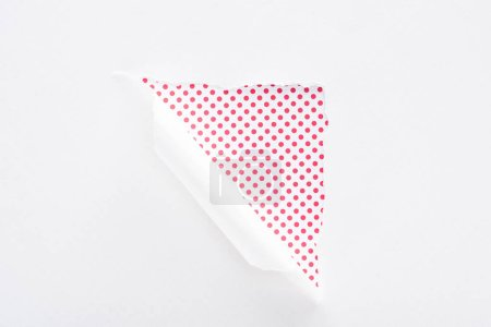 Foto de Papel blanco desgarrado y laminado sobre el fondo colorido salpicado rosa - Imagen libre de derechos