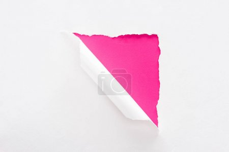 Foto de Papel blanco desgarrado y enrollado sobre fondo colorido carmesí - Imagen libre de derechos