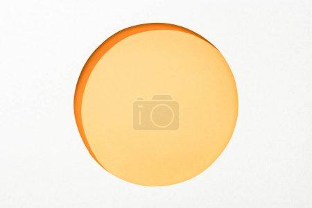 Photo pour Découper trou rond en papier blanc sur fond jaune coloré - image libre de droit