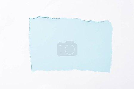 Photo pour Fond coloré bleu clair dans le trou déchiré blanc de papier - image libre de droit