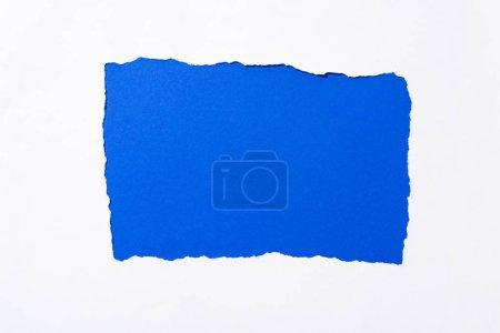 Photo pour Fond coloré bleu électrique dans le trou déchiré blanc de papier - image libre de droit