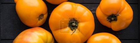 Photo pour Plan panoramique de tomates jaunes dans une boîte noire en bois - image libre de droit
