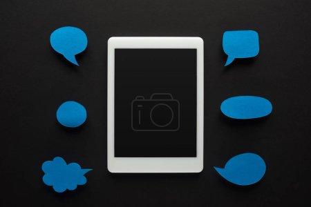 Photo pour Vue du dessus de la tablette numérique sur fond noir avec bulles d'expression bleues vides, concept de cyberintimidation - image libre de droit