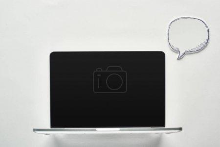 Photo pour Ordinateur portatif avec l'écran blanc sur le fond blanc près de la bulle vide de discours, concept de cyberintimidation - image libre de droit