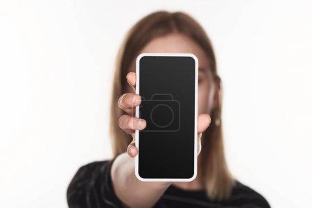 Photo pour Foyer sélectif de victime de cyberintimidation montrant smartphone avec écran blanc isolé sur blanc - image libre de droit