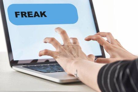 Photo pour Vue recadrée de fille tapant sur le clavier d'ordinateur portatif avec le message de fresk à l'écran, concept de cyberintimidation - image libre de droit