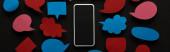 """Постер, картина, фотообои """"панорамный снимок смартфона с пустым экраном на черном фоне с пустыми красными и синими речевыми пузырями, концепцией киберзапугивания"""""""