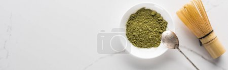 Photo pour Vue du dessus du thé matcha vert avec fouet et cuillère sur table blanche - image libre de droit