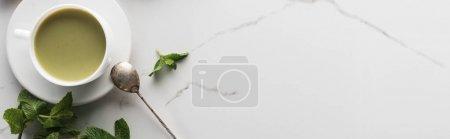 Photo pour Vue supérieure du thé vert de matcha avec la menthe sur la table blanche - image libre de droit