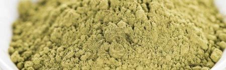 Photo pour Gros plan de matcha poudre de thé vert dans un bol - image libre de droit
