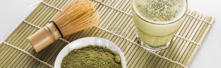Photo pour Thé vert matcha et fouet sur tapis de bambou - image libre de droit