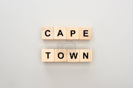 Photo pour Vue de dessus des blocs de bois avec lettrage Cape Town sur fond blanc - image libre de droit