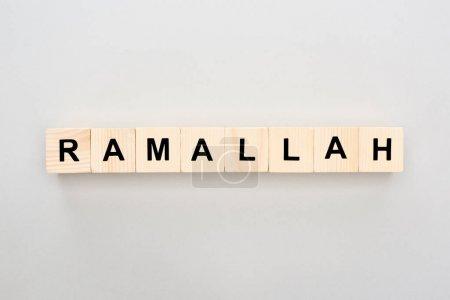Photo pour Vue de dessus des blocs de bois avec lettrage Ramallah sur fond blanc - image libre de droit