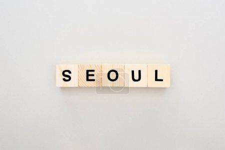 Photo pour Vue de dessus des blocs de bois avec lettrage Séoul sur fond blanc - image libre de droit