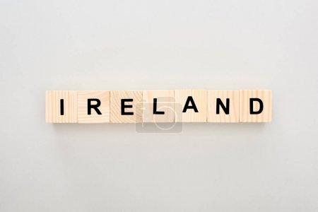 Photo pour Vue de dessus des blocs de bois avec lettrage Irlande sur fond blanc - image libre de droit
