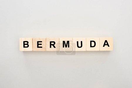 Photo pour Vue de dessus des blocs de bois avec lettrage Bermudes sur fond blanc - image libre de droit