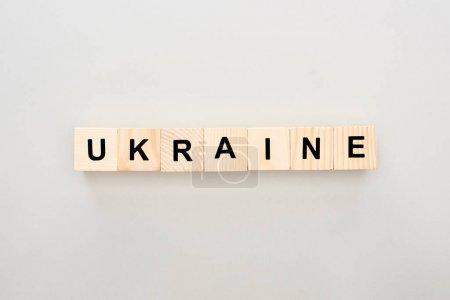 vista superior de bloques de madera con letras de Ucrania sobre fondo blanco