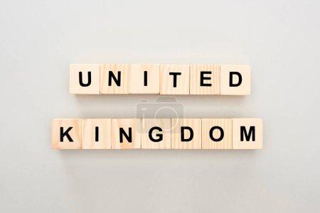 Photo pour Vue supérieure des blocs en bois avec le lettrage de royaume uni sur le fond blanc - image libre de droit