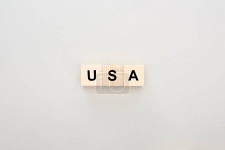 vue du dessus des blocs de bois avec lettrage USA sur fond blanc
