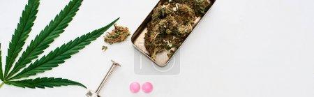 Photo pour Vue de dessus des bourgeons de marijuana, feuille de cannabis, lsd et seringue sur fond blanc, vue panoramique - image libre de droit
