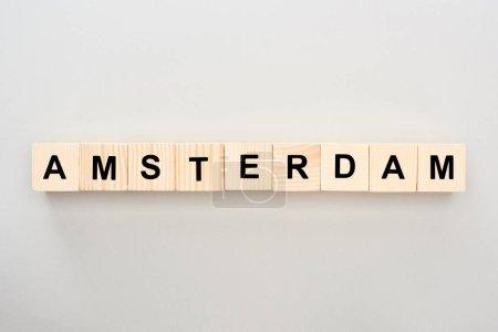 Photo pour Vue de dessus des blocs de bois avec lettrage Amsterdam sur fond gris - image libre de droit