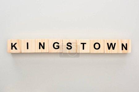 Photo pour Vue de dessus des blocs de bois avec lettrage Kingstown sur fond gris - image libre de droit