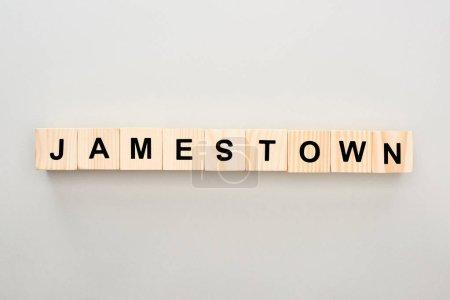 Photo pour Vue de dessus des blocs de bois avec lettrage Jamestown sur fond gris - image libre de droit