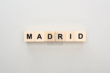 Photo pour Vue supérieure des blocs en bois avec le lettrage de Madrid sur le fond gris - image libre de droit