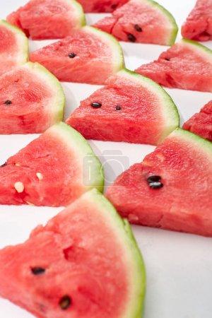 Photo pour Délicieuses tranches juteuses de pastèque en rangées sur le fond blanc - image libre de droit