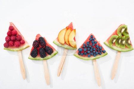 Photo pour Vue du haut de la pastèque délicieuse sur des bâtonnets avec des baies et des fruits saisonniers - image libre de droit