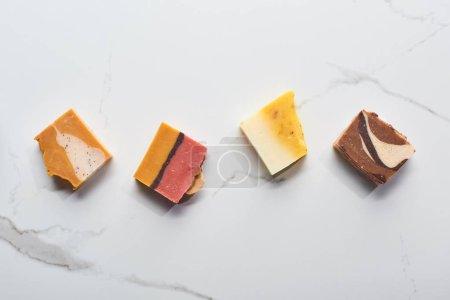 Photo pour Vue du haut des morceaux faits maison de savon sur la surface de marbre - image libre de droit