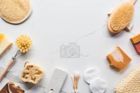 Photo pour Vue de dessus du savon maison et des accessoires de salle de bain sur la surface en marbre avec espace de copie - image libre de droit
