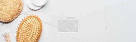 Photo pour Prise de vue panoramique de tampons et écouvillons en coton, brosse à cheveux et éponge faciale sur la surface du marbre - image libre de droit