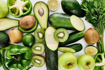 Foto de Vista superior de manzanas, aguacates, pepinos, limas, pimientos, kiwi, vegetación y calabacín - Imagen libre de derechos