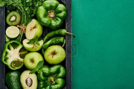 Photo pour Vue du dessus des pommes, citron vert, avocats, poivrons, kiwi, verdure dans la boîte - image libre de droit