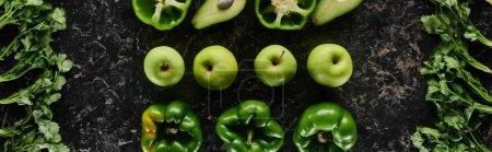 Foto de Foto panorámica de manzanas frescas, pimientos, aguacates y vegetación - Imagen libre de derechos