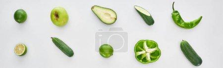 Foto de Foto panorámica de manzana fresca y verde, pimientos, limas, pepinos y aguacate - Imagen libre de derechos