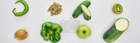 Foto de Foto panorámica de kiwi, pimientos, semillas de calabaza, pepinos, calabacín y manzanas - Imagen libre de derechos
