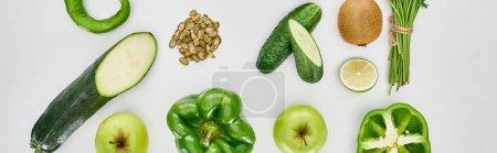 Foto de Foto panorámica de pimientos, pepinos, manzanas, calabacín, kiwi, semillas de calabaza, lima, vegetación y aguacates - Imagen libre de derechos