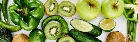 Foto de Foto panorámica de pimientos, pepinos, kiwi, lima, manzanas y aguacate - Imagen libre de derechos