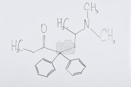 Photo pour Vue du dessus du tableau blanc avec formule chimique en laboratoire - image libre de droit