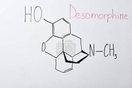 Photo pour Vue du dessus du tableau blanc avec formule chimique et lettrage desomorphine - image libre de droit