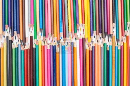 Photo pour Deux lignes de différentes tailles crayons de couleur aiguisés - image libre de droit
