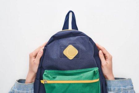 Photo pour Écolière tenant cartable bleu avec poche verte isolée sur blanc - image libre de droit