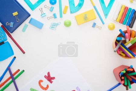 Photo pour Vue supérieure de tasse avec les stylos feutre-tip colorés et les approvisionnements d'école d'isolement sur le blanc - image libre de droit