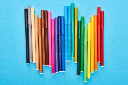 Photo pour Ensemble de stylos feutre de couleur vive isolés sur bleu - image libre de droit