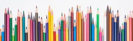 Photo pour Plan panoramique de crayons de couleur aiguisés isolés sur du blanc - image libre de droit