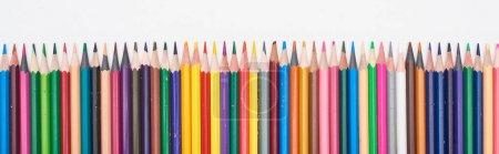 Photo pour Plan panoramique de crayons de couleur en ligne droite isolés sur du blanc - image libre de droit